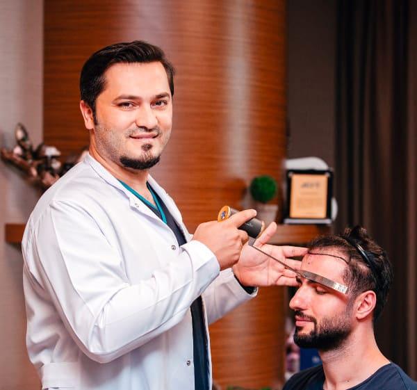 Dr. Balwi examinando um paciente Elithair