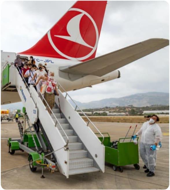 de passageiros que saem do avião no aeroporto de Istambul