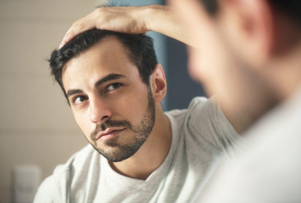 Hombre comprobando el estado del implante capilar