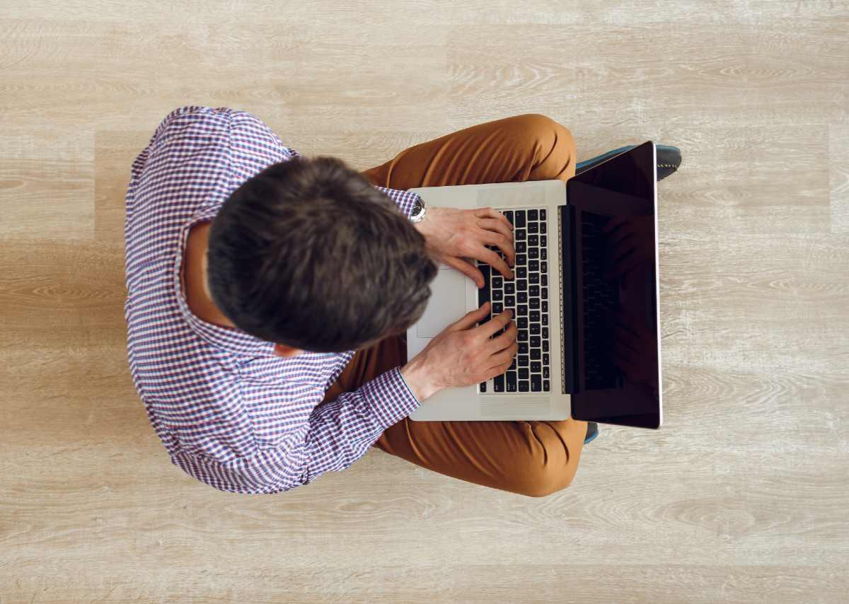 Hombre buscando información en foro sobre injerto capilar