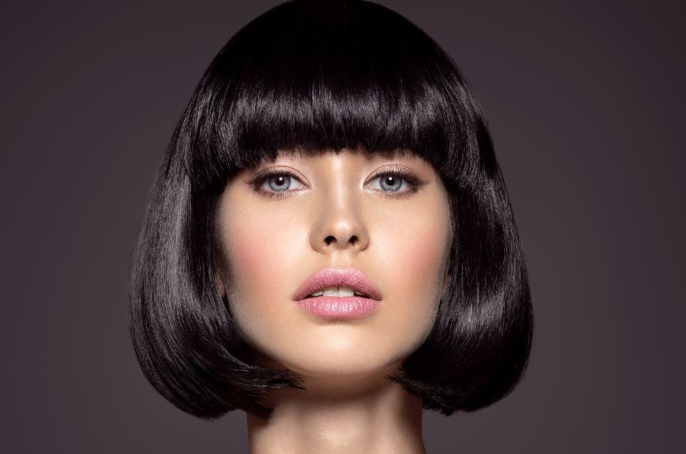 Mujer con pelo corto más sano y fuerte