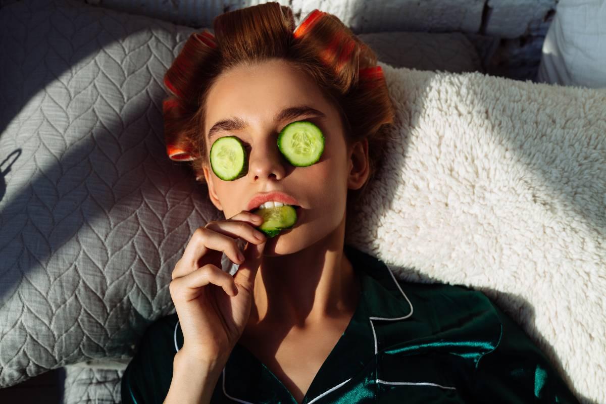 Mujer haciendo mascarilla capilar y un tratamiento en su cabello