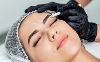 Mujer rediseñando sus cejas