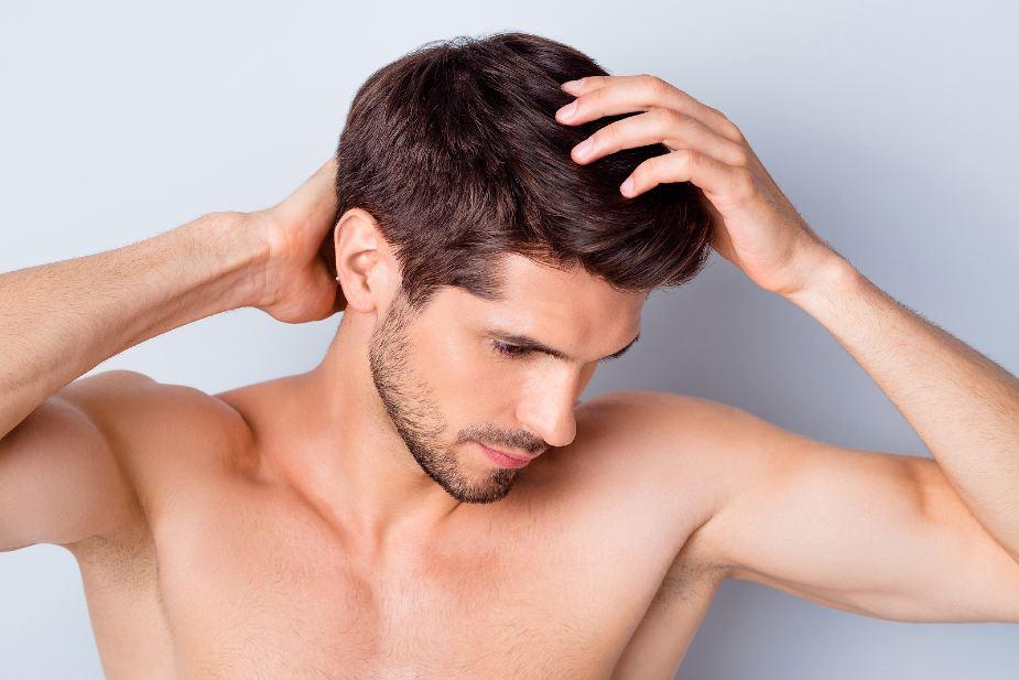 Hombre tocándose el cabello