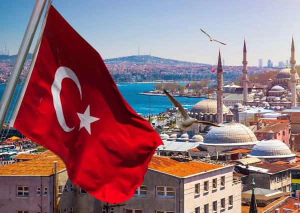 La bandera de Turquía sobre la panorámica de Estambul