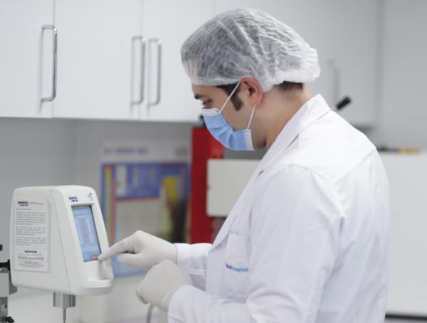 El Dr. Balwi en el laboratorio durante una investigación de la técnica SDHI de injerto capilar