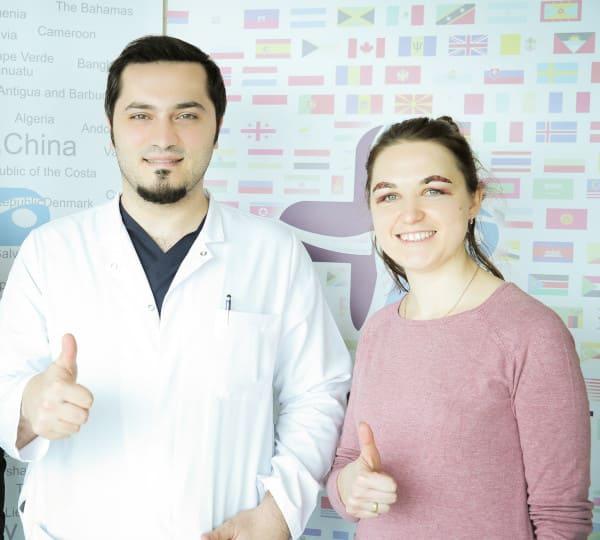 El Dr. Balwi junto a una paciente de implante de cejas en Elithair