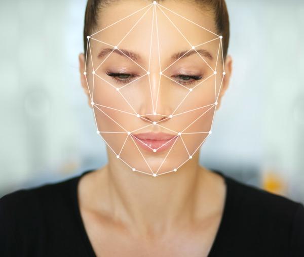 Primer plano del rostro de una mujer con las cejas perfectamente curvadas tras un implante de cejas