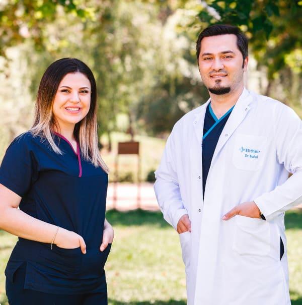 Imagen del Dr. Balwi con un integrante del equipo de Elithair