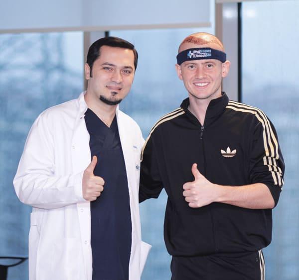El Dr. Balwi con un paciente de trasplante capilar de Elithair muy satisfecho