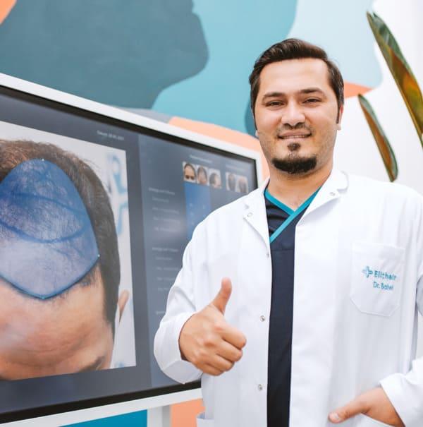 El Dr. Balwi mostrando la zona donante de un injerto capilar
