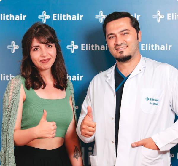 Dr. Balwi con una paciente feliz de Elithair tras su injerto capilar