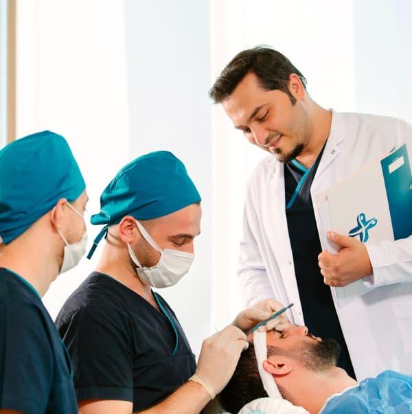 El Dr. Balwi y su equipo durante la aplicación NEO FUE antes del trasplante capilar