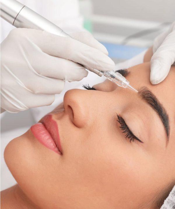 Imagen de una paciente de Elithair durante su tratamiento de implante de cejas