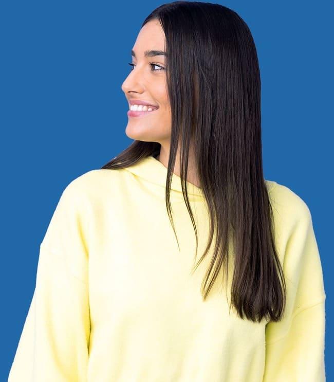 Imagen de una mujer sonriente mirando hacia su derecha
