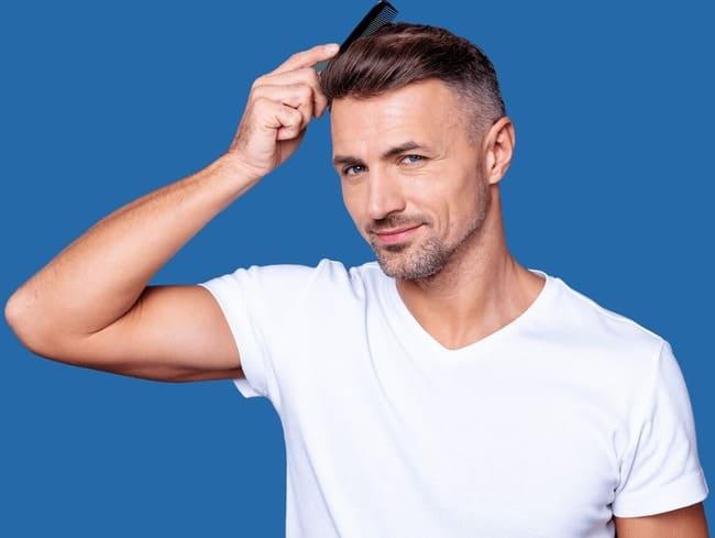 hombre arreglándose el pelo tras un exitoso injerto capilar