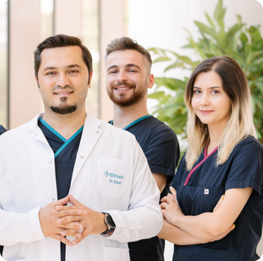 Portrait del Dr. Balwi y su equipo de especialistas en el jardin de la clínica Elithair